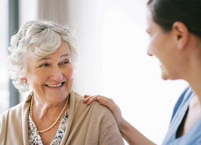 Starsza osoba zpielęgniarką